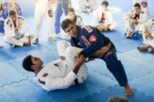 Otávio demonstrando suas técnicas com o auxílio do professor, Rodrigo Martins