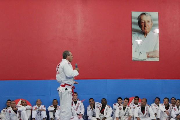 Na imagem Carlinhos, filho do Grande Mestre Carlos Gracie Sr, fala sobre a conderação à nova faixa e como funcionava a graduação nos primórdios tempos do bjj