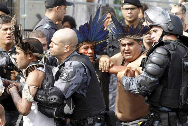 Rodrigo Prujansky (at the right side) applying a BJJ move ('mão de vaca') during a police action.