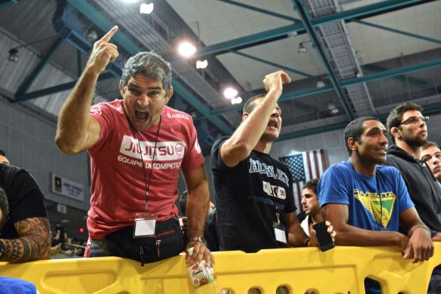 Prof. Zé Radiola right after a close victory by Otavio Sousa